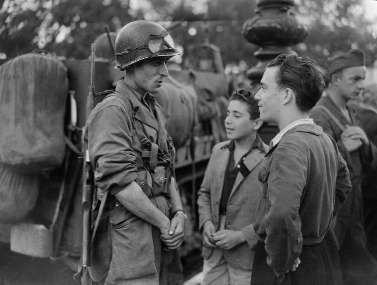 Liberartion soldat-francais-avec-des-jeunes-parisiens-le-25-aout-1944-a-paris