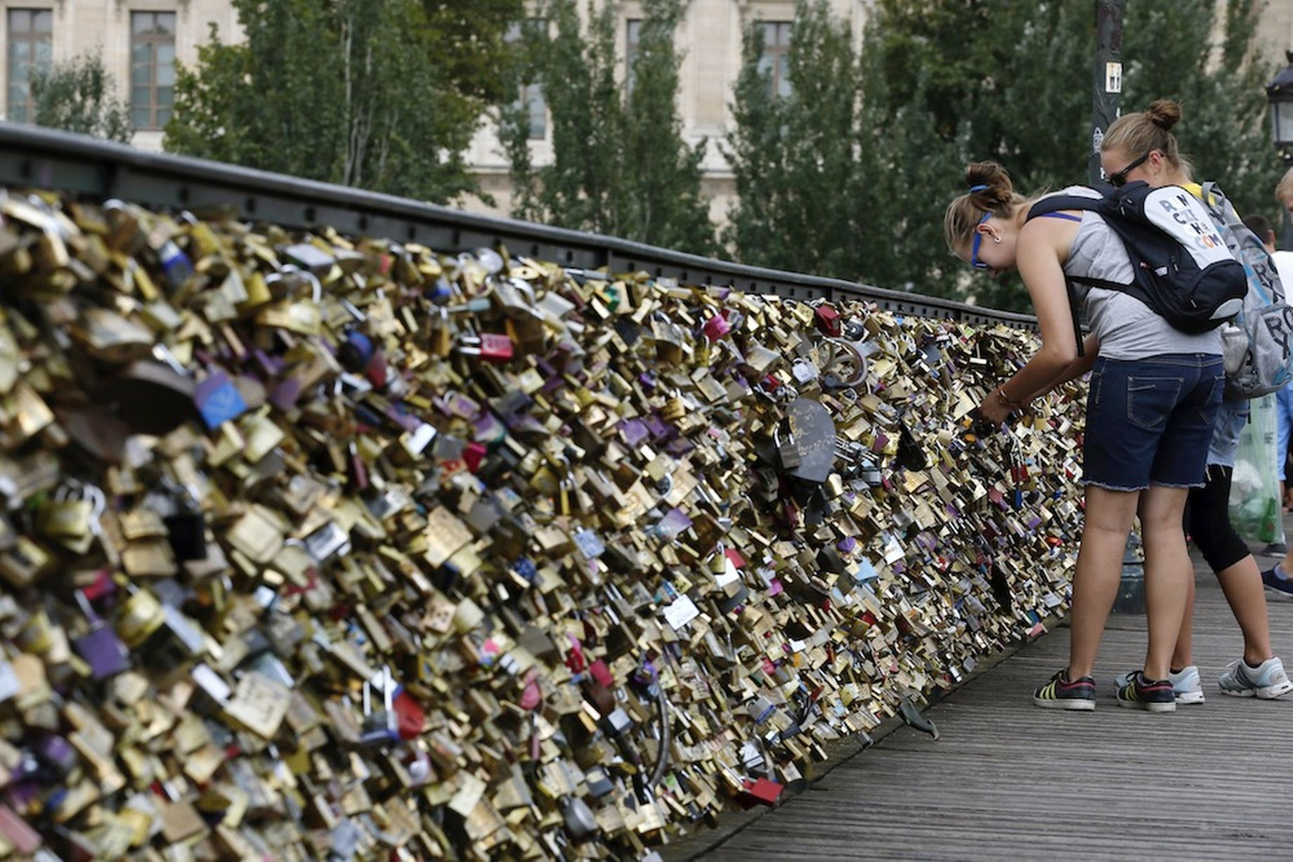 Love Pont-des-Arts-bridge (1)