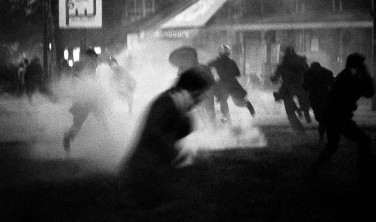 magnum ---emeute-au-quartier-latin--10-et-11-mai-1968---bruno-barbey-magnum-photos